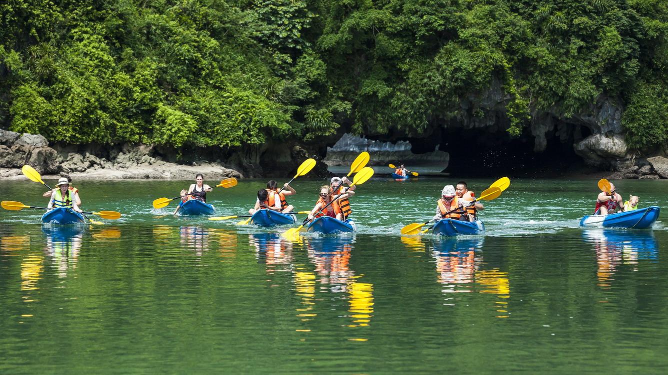 Khám phá vịnh trên thuyền kayak