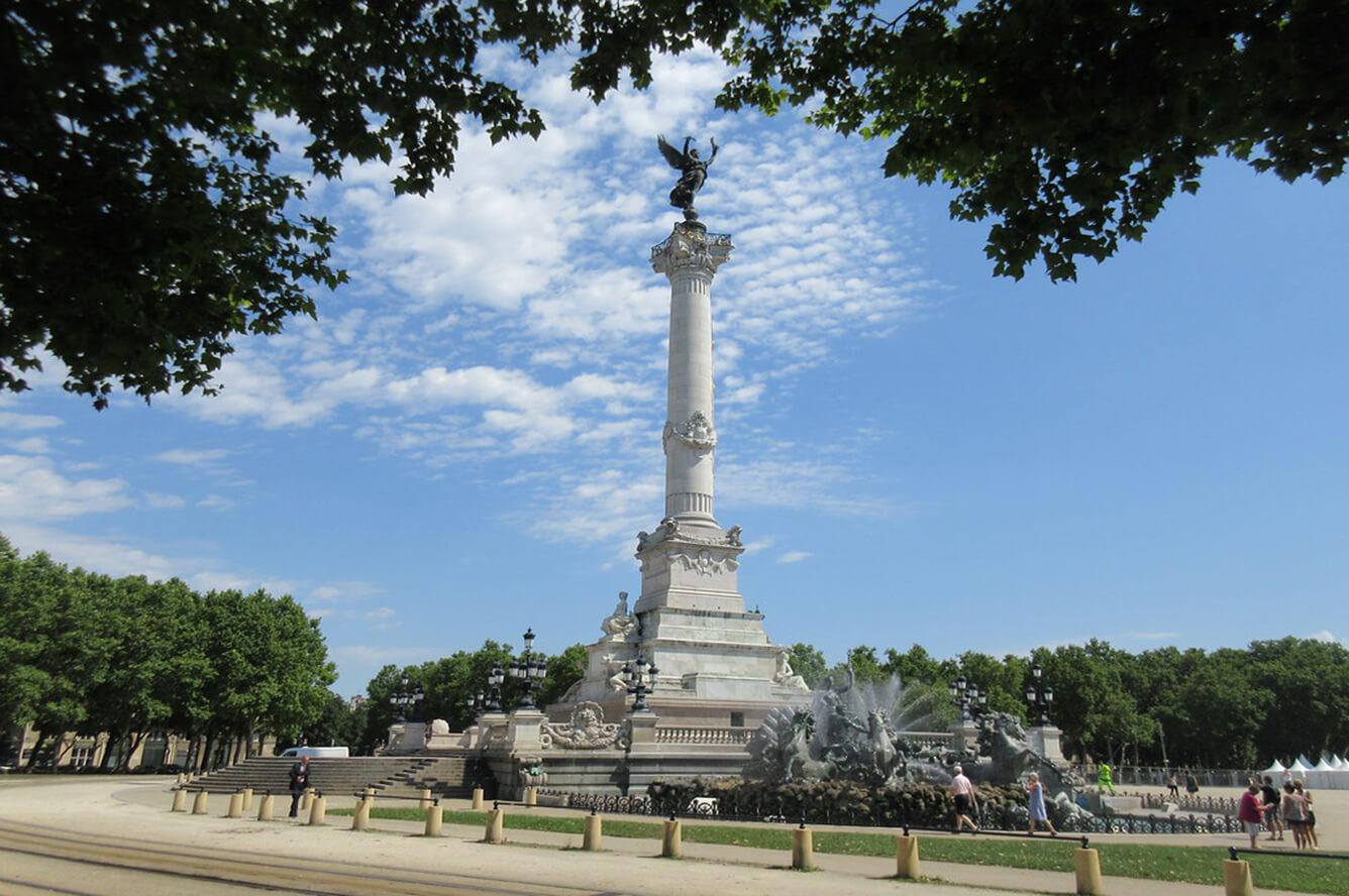 2. Quảng trường Place des Quinconces
