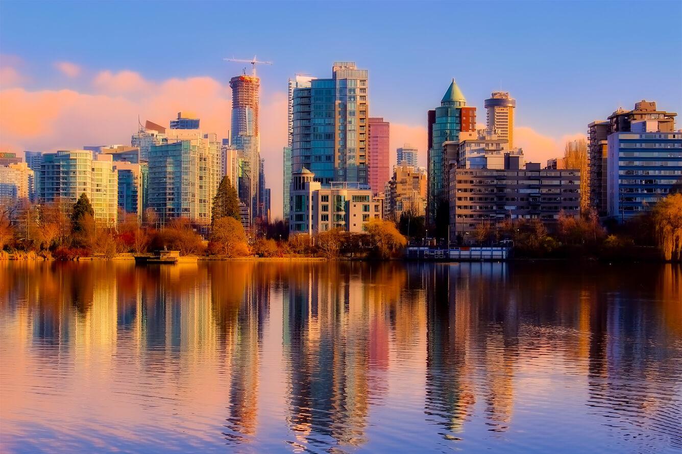 'Kẽ chạm' trời thu Vancouver