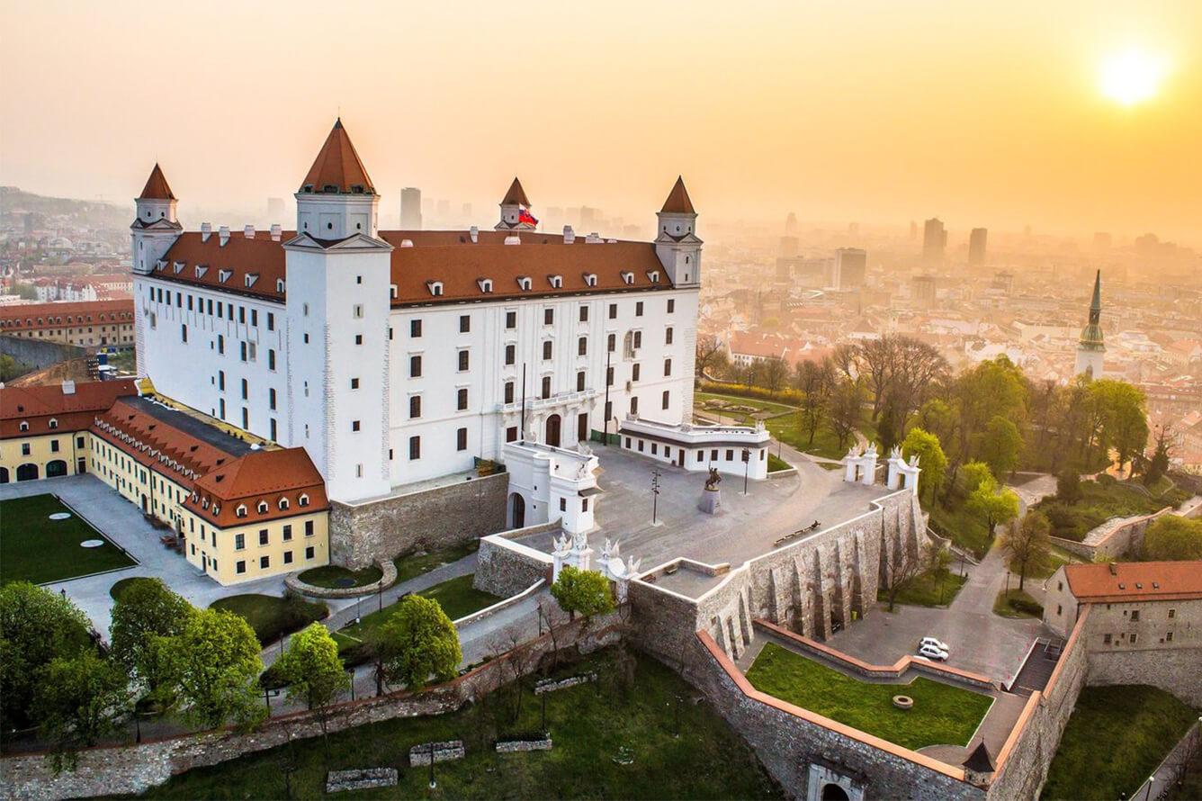 Đông Âu cổ kính sắc lá vàng