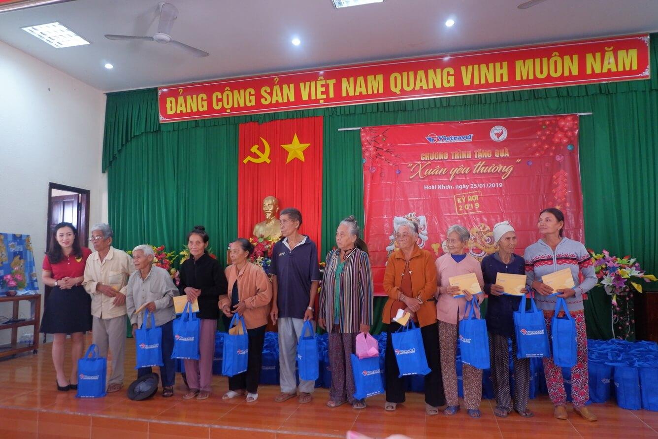 Vietravel tặng quà Tết cho người nghèo, bệnh nhân hoàn cảnh khó khăn huyện Hoài Nhơn - Bình Định