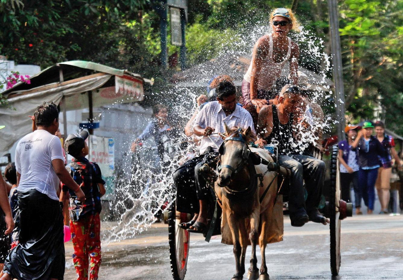 Bom Chaul Chnam – té nước cầu may mắn