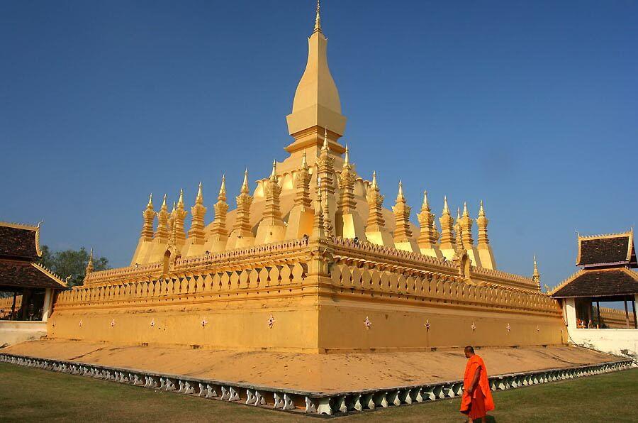3. Chùa Pha That Luang (Lào)