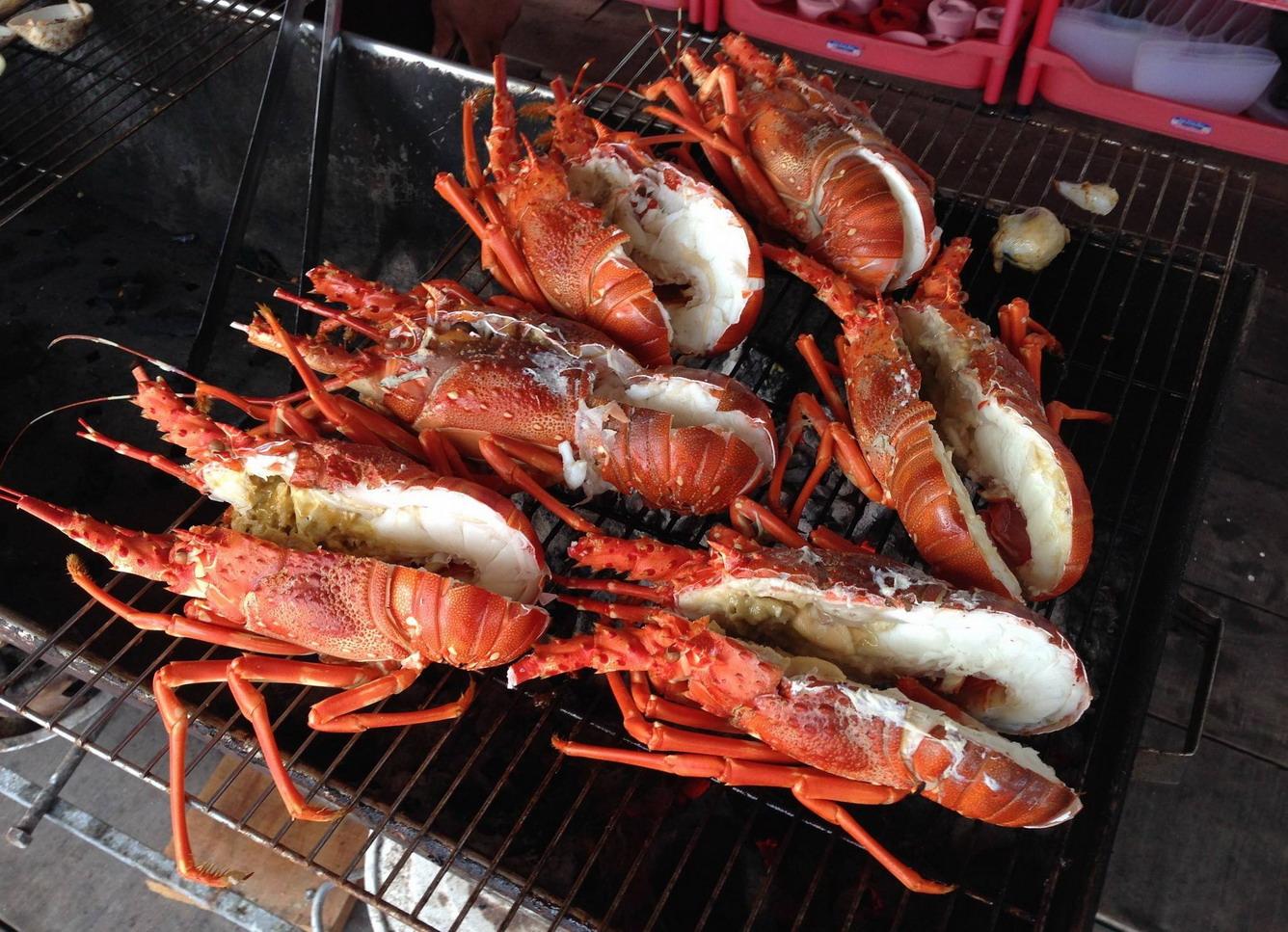 Thưởng thức hải sản trên đảo Bình Hưng