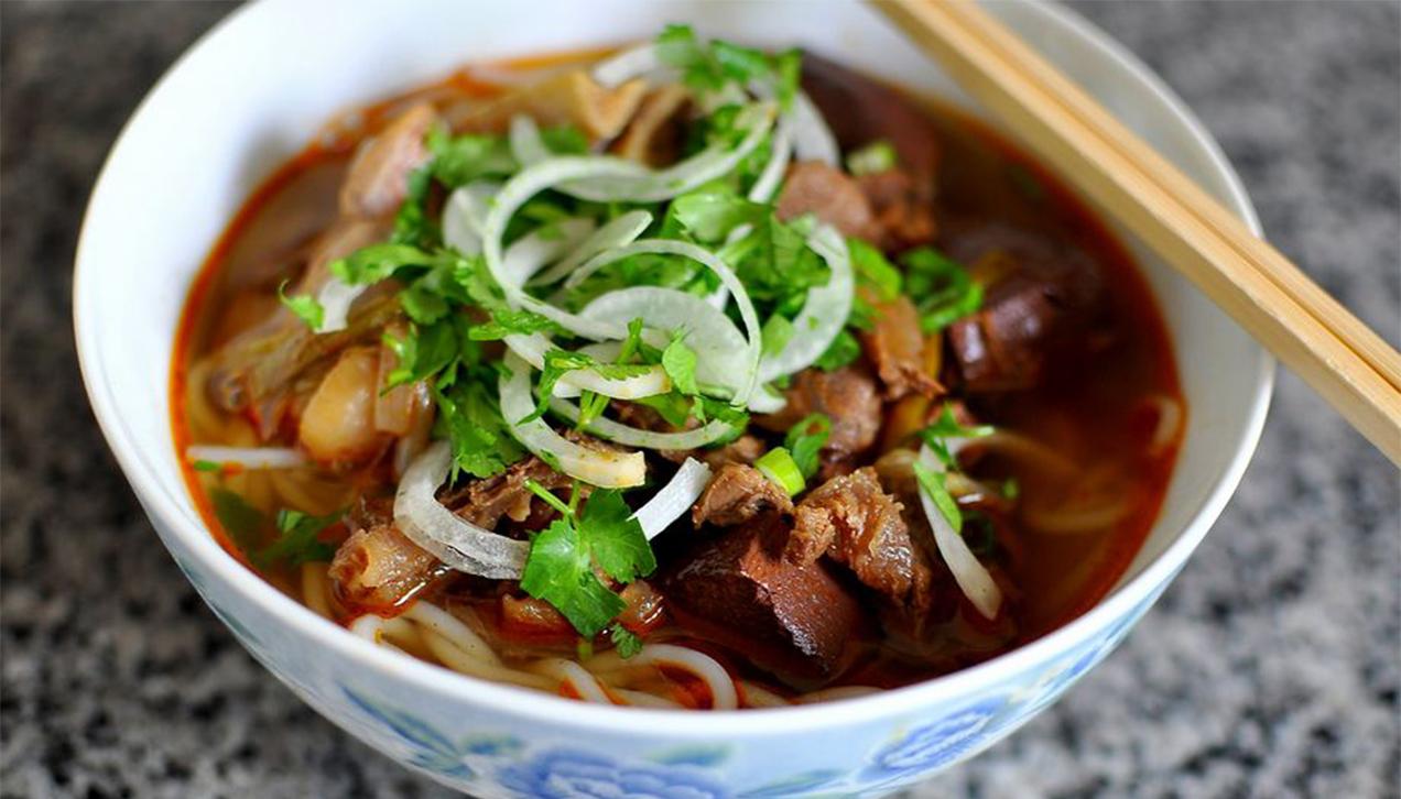 4. Bun bo (beef noodle soup)