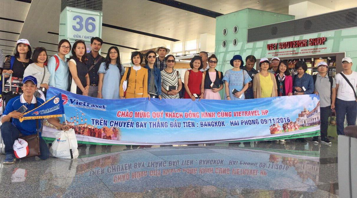 """118 du khách Vietravel Hải Phòng """"xông đất"""" đường bay thẳng Bangkok - Hải Phòng cùng Vietjet Air"""
