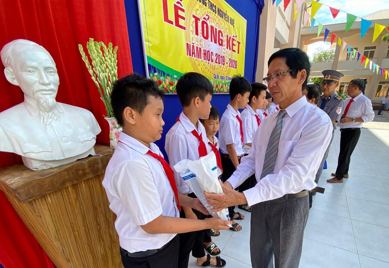 Vietravel Vũng Tàu tặng sách giáo khoa học sinh khó khăn huyện Châu Đức (tỉnh Bà Rịa - Vũng Tàu)