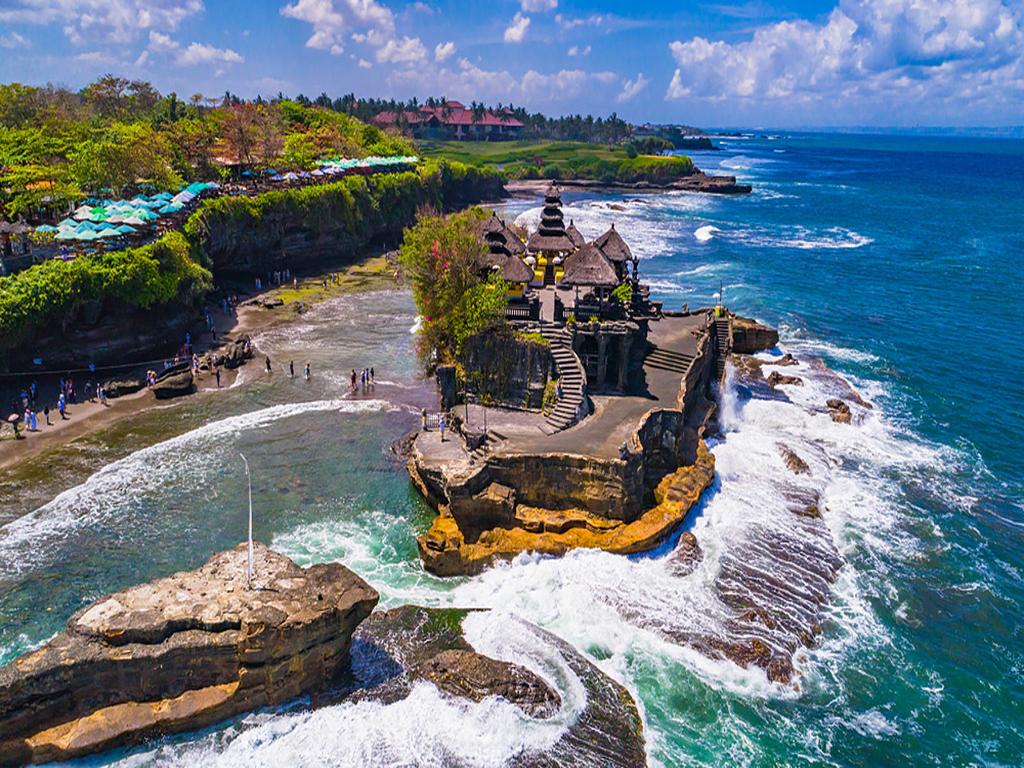 2. Tanah Lot: A stunning coastal temple