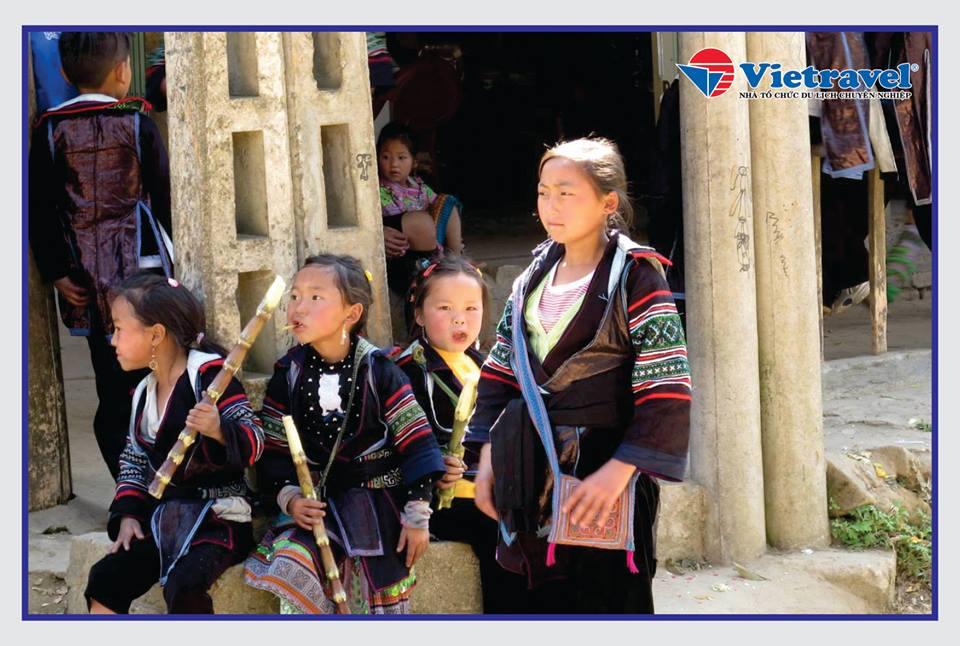 Ảnh 2: Các em bé này đang mặc trang phục truyền thống của dân tộc nào ở Việt Nam?