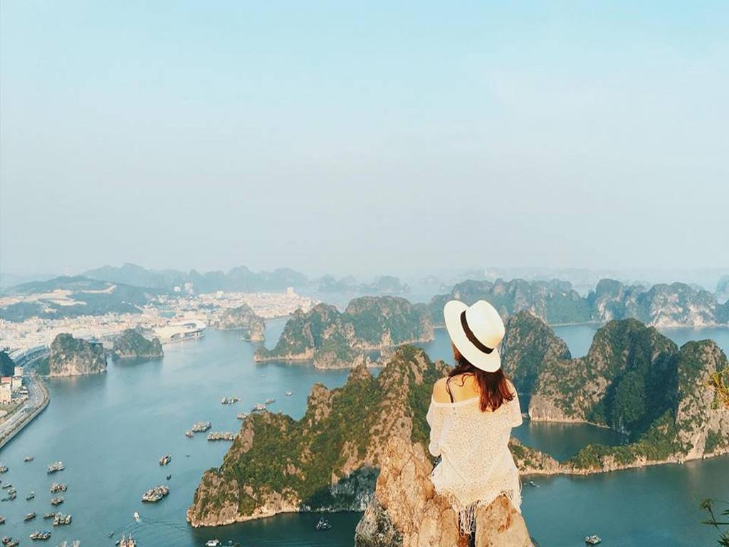 Ngắm Hạ Long từ đỉnh núi Bài Thơ