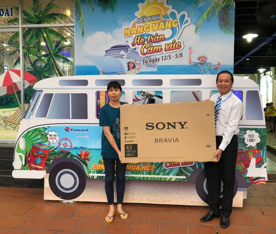 Khách hàng trúng thưởng Smart Tivi Sony 43':