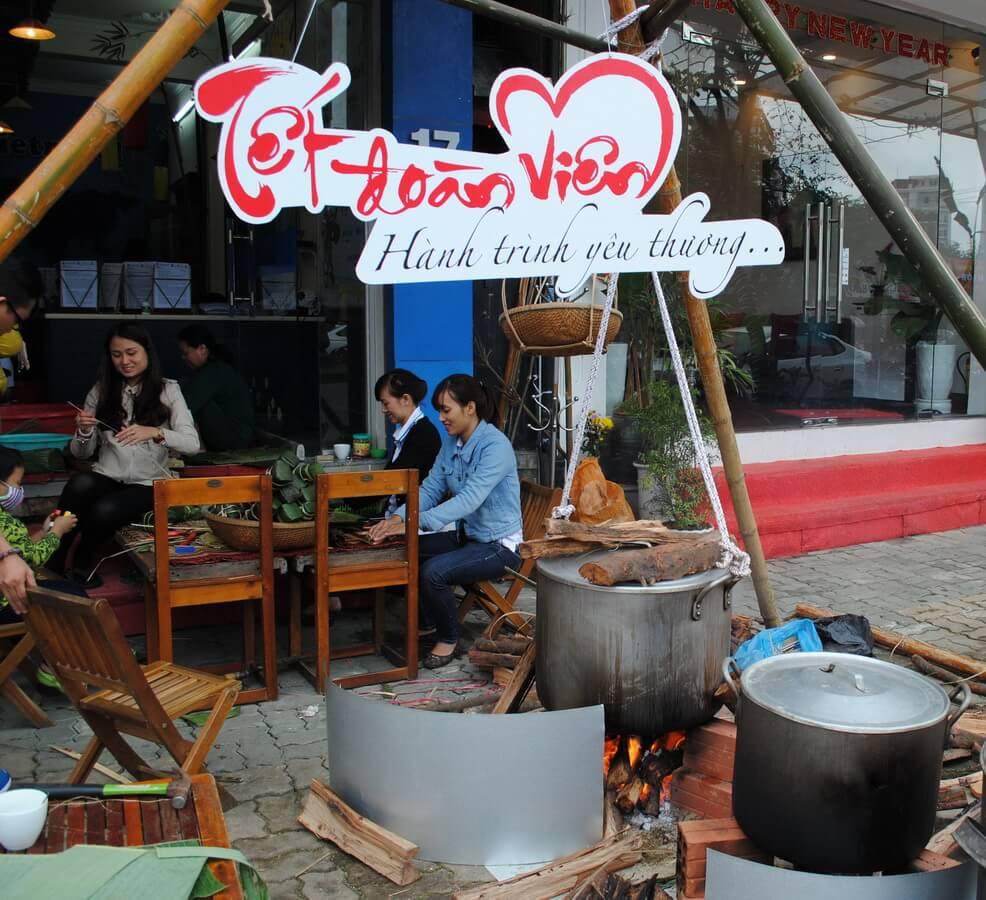 Một số hình ảnh buổi làm bánh Tết của Vietravel Huế