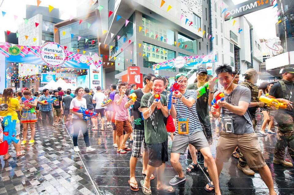 'Xõa' hết mình tại lễ hội té nước Songkran 2019