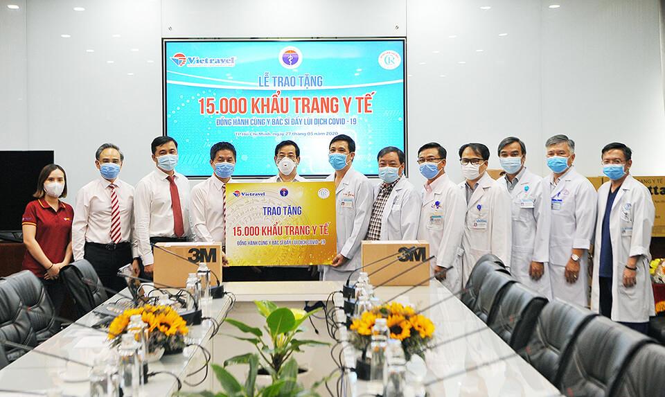 Vietravel tiếp sức, chung tay trao tặng 15.000 khẩu trang y tế cho y bác sĩ tuyến đầu