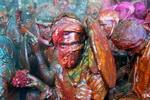 Tắm trong lễ hội sắc màu Ấn Độ