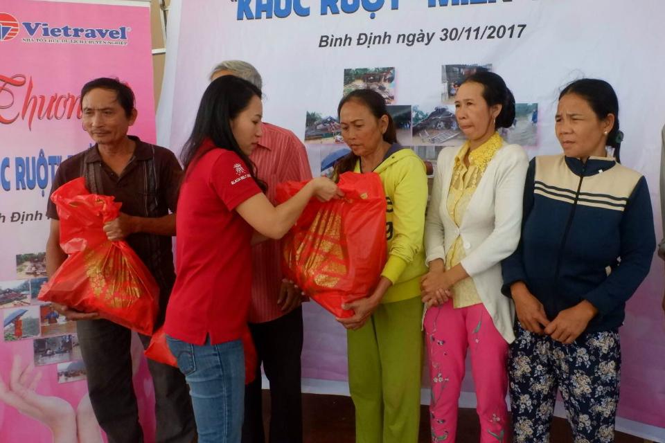 """Đoàn cứu trợ Vietravel """"Thương Về Khúc Ruột Miền Trung""""  đến với đồng bào huyện Tuy Phước (Bình Định)"""