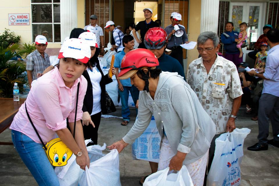 Vietravel trao 200 suất quà đến người dân huyện Vạn Ninh