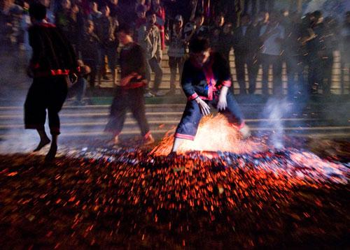 Xem nhảy lửa ở Phà Thẻn