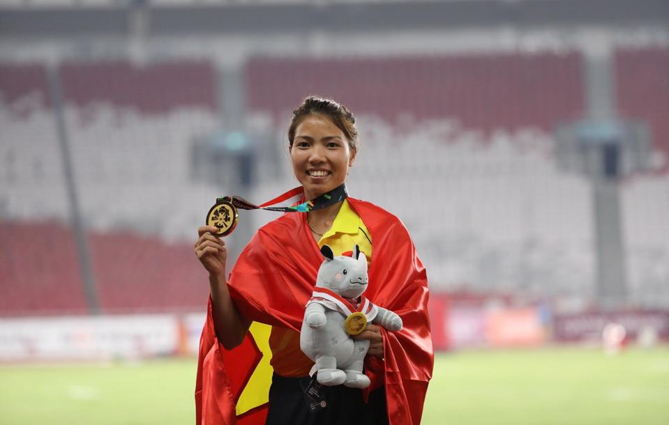 Bùi Thị Thu Thảo nhận thưởng từ Vietravel sau khi giành huy chương vàng lịch sử môn thể thao 'nữ hoàng'