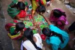 Nghệ thuật vẽ thảm rangoli trên đường phố Ấn Độ