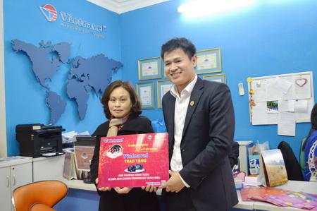 Vietravel Hà Nội chúc mừng khách hàng đầu tiên trúng thưởng khuyến mại Tết 2015