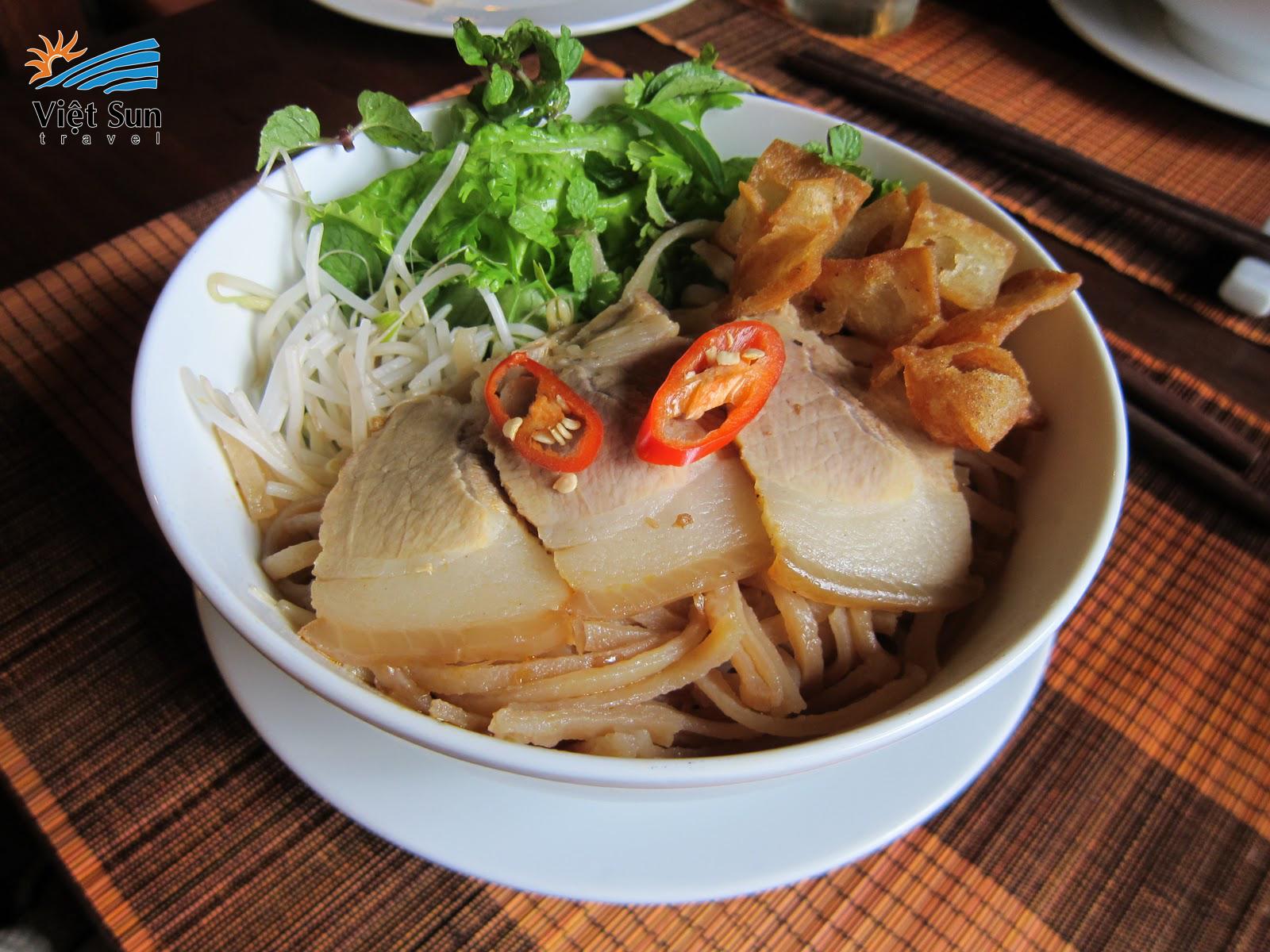 Cao lau - the pride of Hoi An's cuisine