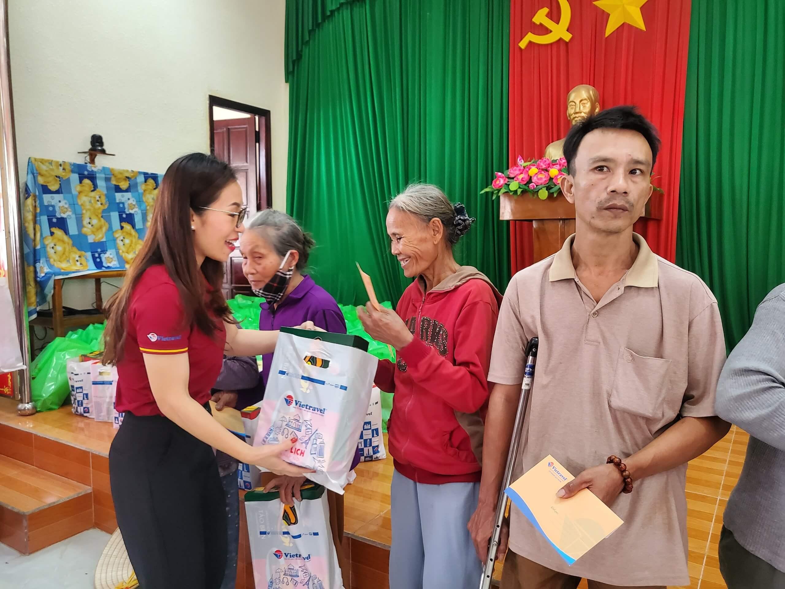 Vietravel Quy Nhơn tặng 200 phần quà Tết cho người nghèo tại Hoài Nhơn