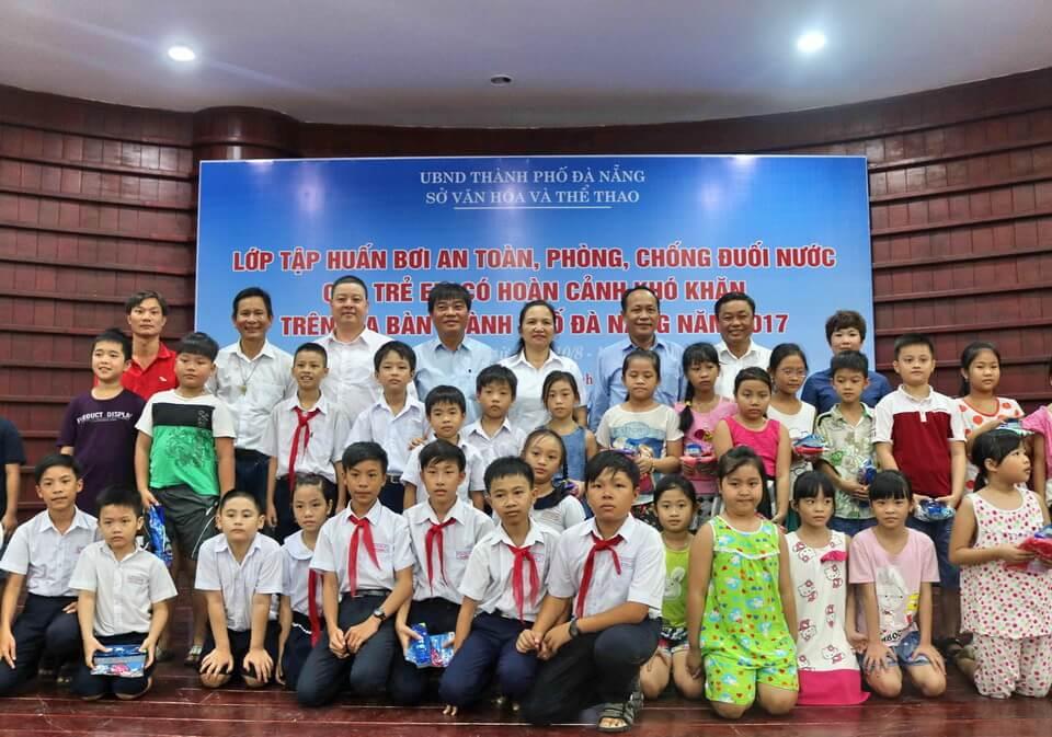 Vietravel Đà Nẵng tài trợ khóa tập huấn nghiệp vụ bơi an toàn và phòng, chống đuối nước cho trẻ em khó khăn thành phố