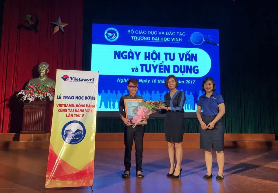 """Lễ trao học bổng """"Vietravel đồng hành cùng tài năng Việt"""" lần v - 2017 tại TP. Vinh"""