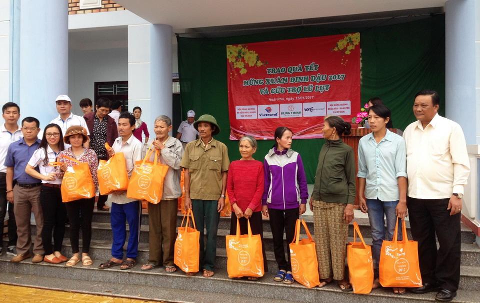 Vietravel Quy Nhơn tặng quà Tết hỗ trợ hộ nghèo huyện Hoài Nhơn