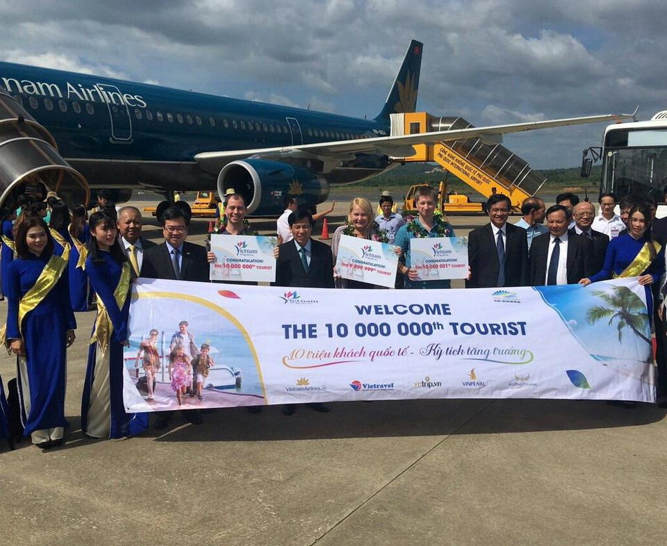Vietravel đồng hành cùng Tổng Cục Du lịch đón vị khách Quốc tế thứ 10 triệu đến Việt Nam