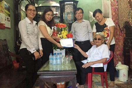 """Vietravel tổ chức thăm hỏi Mẹ Việt Nam anh hùng và tour """"về nguồn"""" nhân ngày kỷ niệm 27-7"""