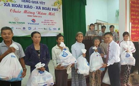 Vietravel trao tặng 300 phần quà hỗ trợ hộ nghèo huyện Hoài Nhơn vui đón Tết