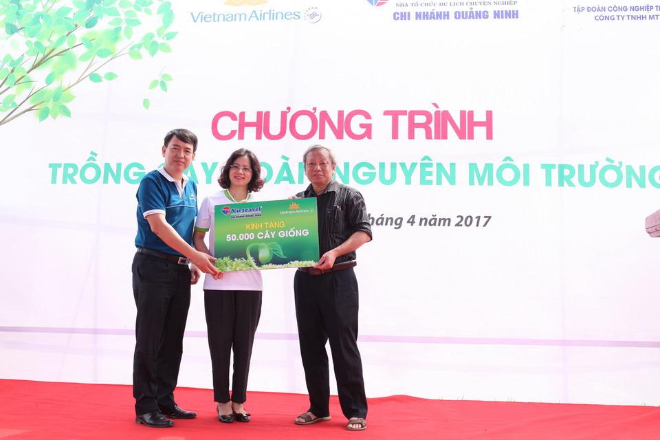 Vietnam Airlines và Vietravel trồng cây hoàn nguyên môi trường tại Quảng Ninh